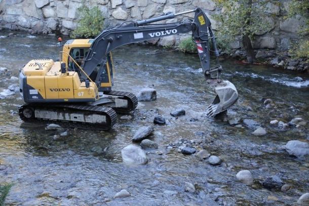 Una màquina treballa al riu Valira en una imatge d'arxiu.