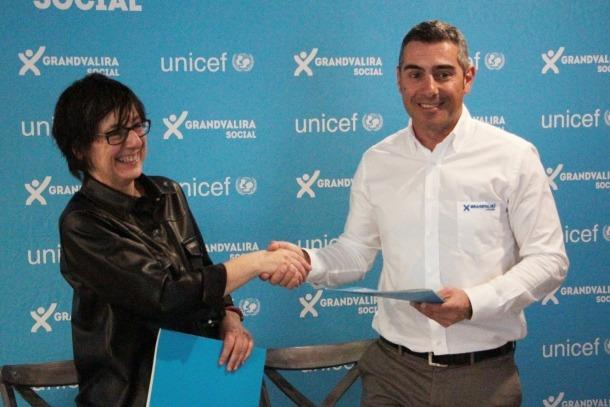 La directora d'Unicef Andorra, Marta Alberch, i el director de màrqueting de Grandvalira, David Ledesma, després de la signatura de l'acord de col·laboració.