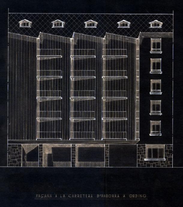 Façana principal del bloc d'apartaments projectat el 1957 per Miquel Maria Aragonés a Doctor Mitjavila: constava de planta baixa amb galeria comercial i restaurant i quatre plantes.