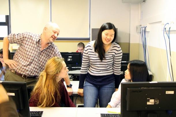 Alan Ward i Baula Xu durant una classe a l'Escola andorrana de Batxillerat.