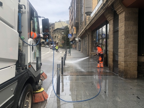 Operaris de via pública netejant les voreres.