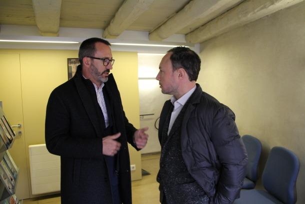 Xavier Espot i Víctor Filloy davant de la nova Oficina de l'habitatge.