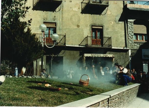 Els caçadors acaben a trets de trabuc amb la pobra Ossa, enfilats a la jardinera que hi havia a la plaça Benlloch.