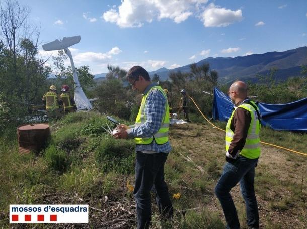 Diferents unitats en les tasques d'investigació i reconstrucció de l'accident d'un ultralleuger al costat de l'aeroport de la Seu, ahir.