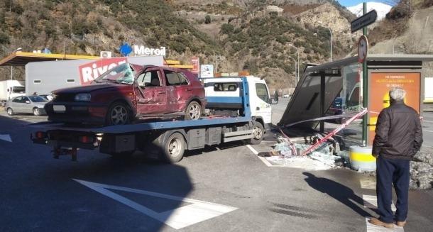 Moment en què la grua s'emporta el cotxe accidentat.