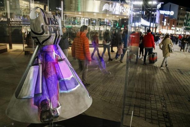 'Urban Shopping' és l'obra de l'artista Samantha Bosque a l'avinguda Meritxell.