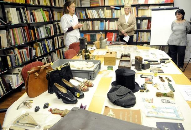 Entre els objectes ara inventariats hi ha vuit ponderals d'entre els segles XVI i XIX, i unes sabates del XVIII.