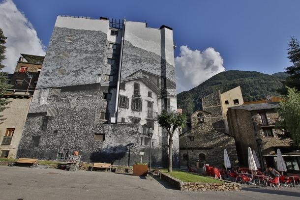 El mural reprodueix una fotografia dels anys 50 i incorpora el padrí Viliella al balcó, procedent d'una imatge de Lengemann.