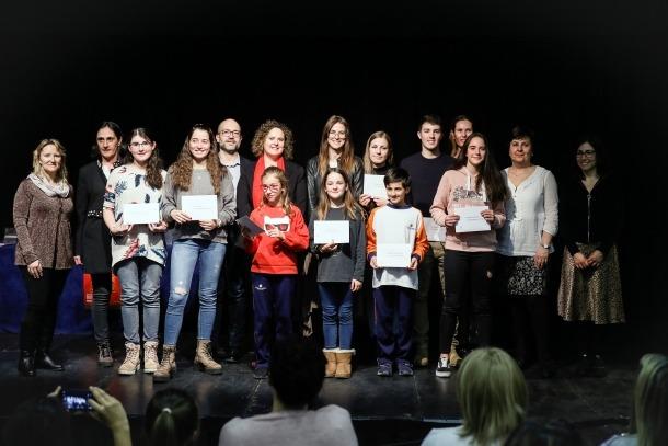 Foto de família dels guanyadors i finalistes del concurs de contes de Nadal.