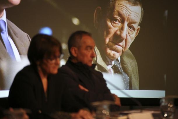 Antoni Morell contempla des de la pantalla la intervenció de Joan Gabriel, vell amic, i de la síndica Roser Suñé, ahir al Consell General.