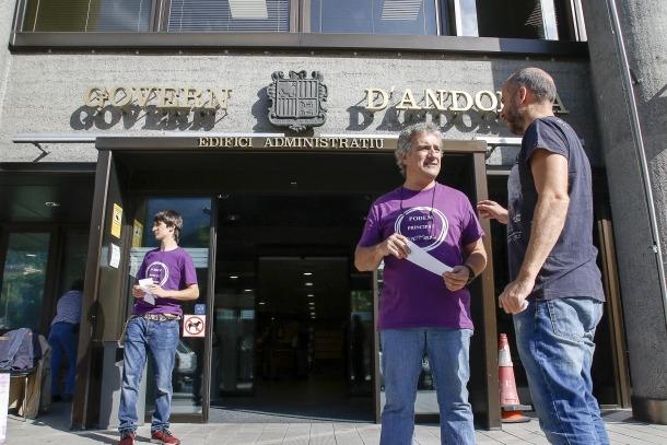 Seguí i altres militants de Podem reparteixen el pamflet 'Vampirs a l'escola', ahir a primera hora a l'edifici administratiu.