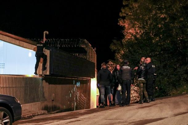Els agents van inspeccionar els afores del centre penitenciari.