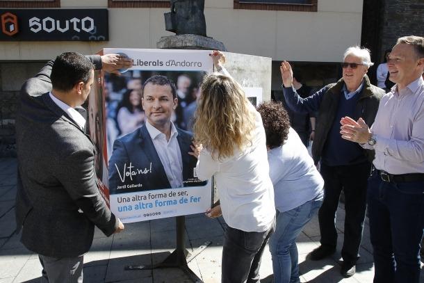 Liberals d'Andorra col·locant un dels seus cartells a la Massana.