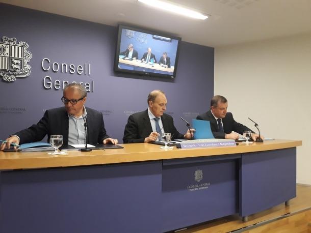 Josep Pintat va comparèixer acompanyat per Joan Carles Camp i Josep Majoral, ahir.