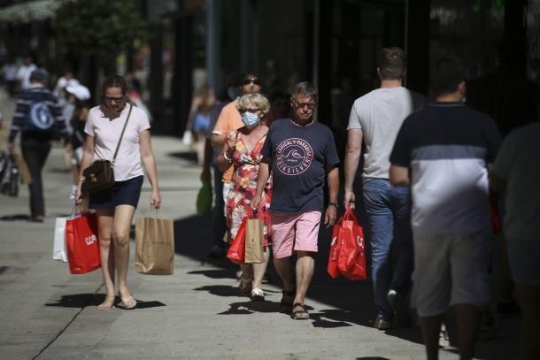Turistes de compres als establiments del centre del país, ahir.