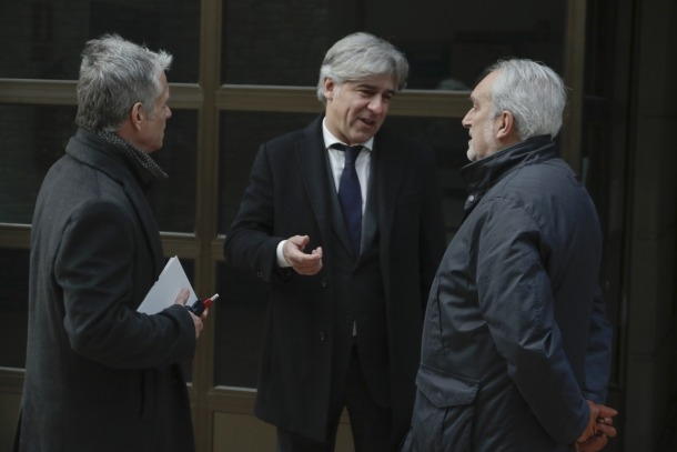 L'advocat Toni Riestra, de cara, amb dos dels processats en la causa general de BPA.