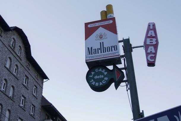 Publicitat d'un establiment especialitzat en la venda de tabac a Escaldes.