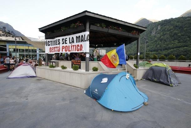 Un moment de l'acampada a la plaça del Poble de la capital per protestar pels preus dels lloguers.
