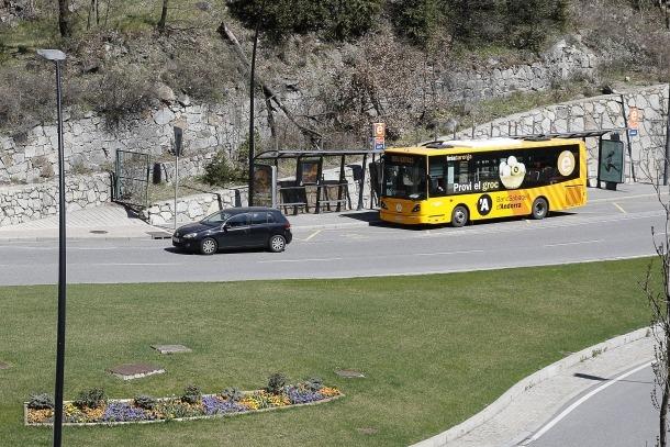 Un autobús que cobreix les línies nacionals de transport públic.