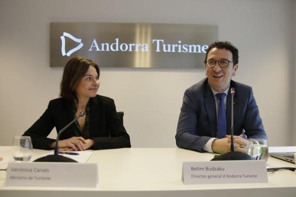 La ministra de Turisme, Verònica Canals, i el gerent d'Andorra Turisme, Betim Budzaku, en la roda de premsa d'ahir.