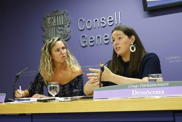 Eva López i Maria Martisella van presentar l'esborrany de la proposició de llei de transparència i accés a la informació, ahir.