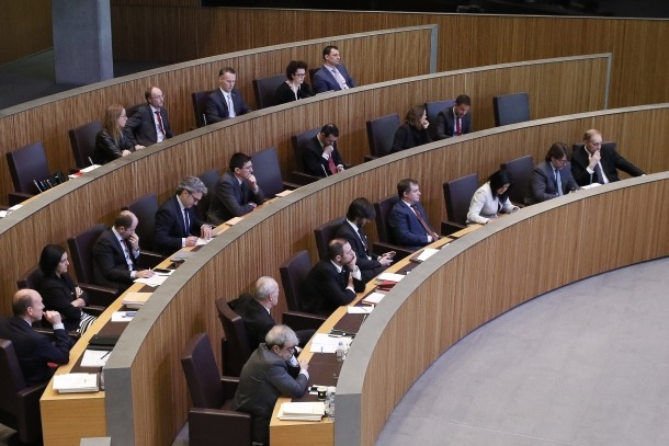 """Els grups de l'oposició van carregar ahir contra unes mesures que la majoria demòcrata veu """"ajustades i realistes""""."""