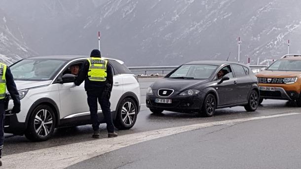 Duaners francesos controlant els vehicles que circulen per la duana de Porta, dimecres passat.
