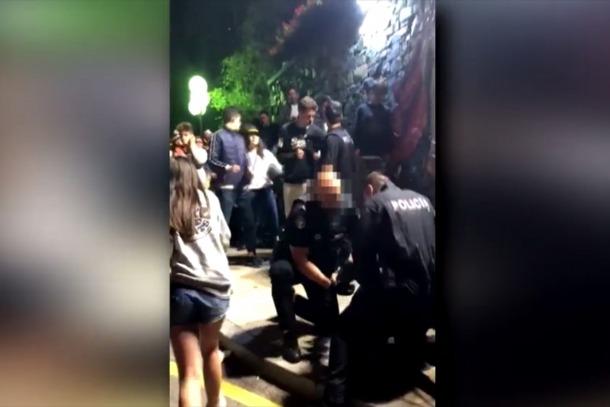 Una imatge congelada dels vídeos que es van difondre durant la jornada d'ahir dels aldarulls a la plaça Laurèdia.