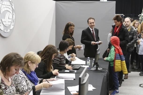 Electors esperen el seu torn per exercicir el seu dret a vot als comicis comunals del 2015.