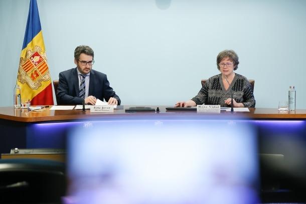 El ministre portaveu, Eric Jover, i la cap de l'àrea de Prevenció, Promoció i Vigilància de la Salut, Rosa Vidal.
