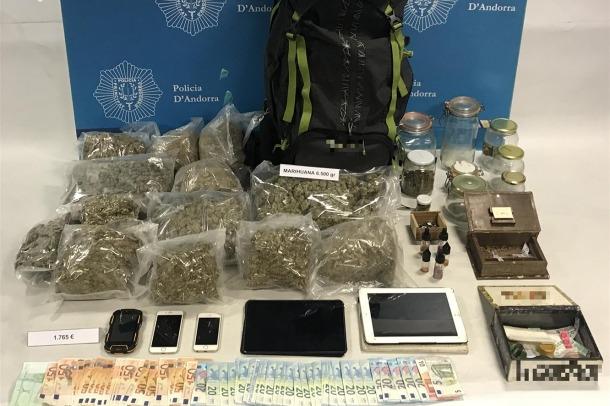 La droga, diners i altres estris comissats en l'operació Èlit.