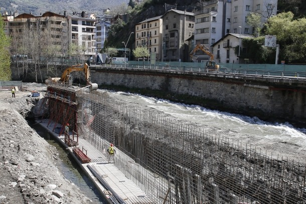 Operaris treballant en el marc de les obres de la desviació de Sant Julià de Lòria.