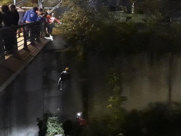 El pres fugat en el moment de ser retirat de la llera del riu, on va ser detingut dimarts al vespre.