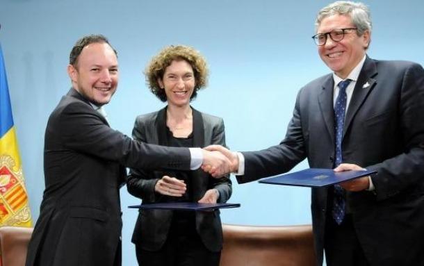 Moment de la signatura del protocol d'entesa entre el Govern i la Comunitat de Sant Egidi, ahir al matí.