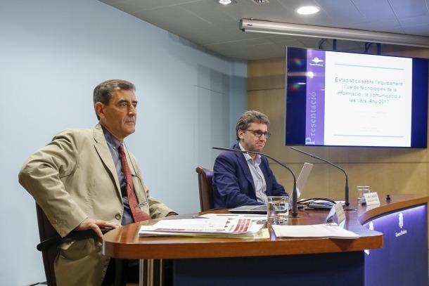 Enric Ripoll i Carles Casadevall van presentar ahir els resultats sobre l'equipament i ús de les TIC a les llars.