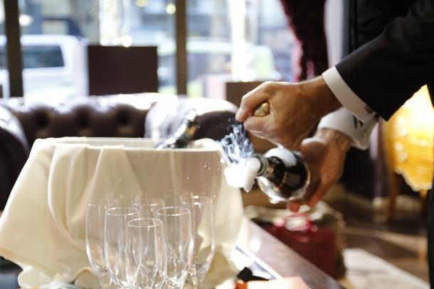 Un cambrer treballant a un hotel del Principat.