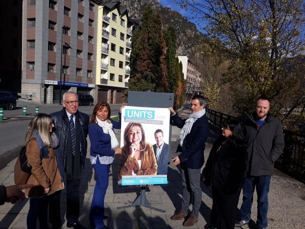 Els candidats d'En comú per Andorra la Vella en la penjada de cartells a Santa Coloma.