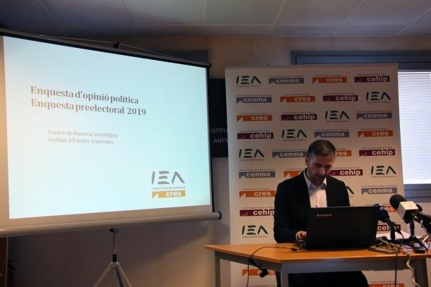 El director del CRES, Joan Micó, va presentar ahir l'enquesta preelectoral.