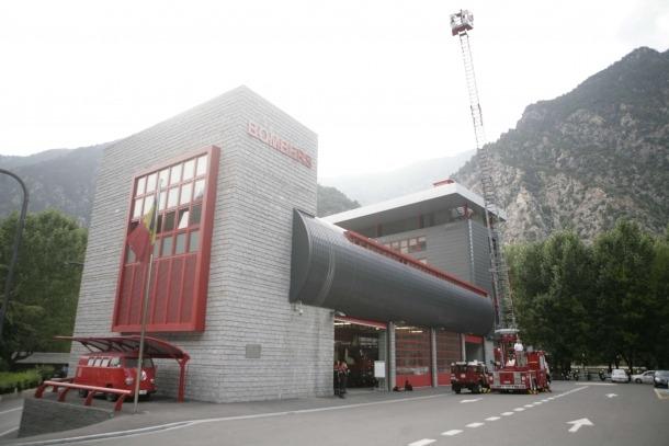 Un total de divuit bombers en les diferents casernes atenen els serveis les 24 hores del dia.