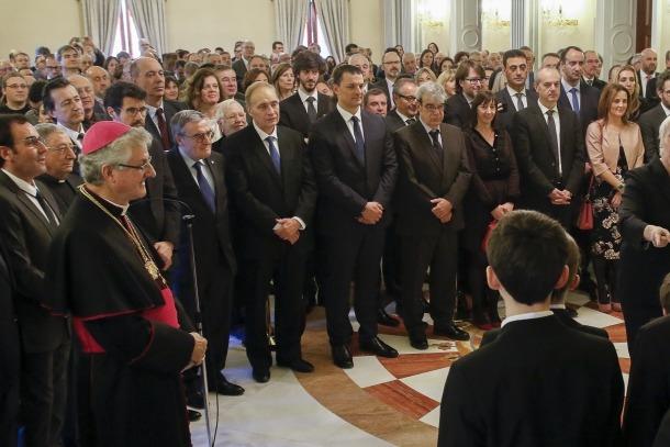 Joan-Enric Vives i els representants polítics, econòmics i socials del país escoltant l'himne nacional interpretat pels Petits Cantors.