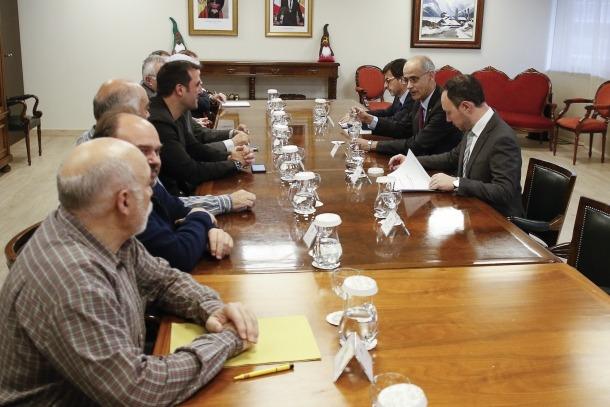 Un moment de la reunió que va mantenir el Govern amb les patronals i els sindicats.