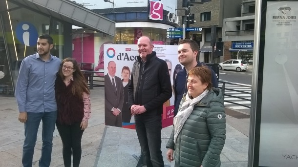 Els integrants de la llista de d'Acord a la capital després d'enganxar el cartell a la plaça de la Rotonda.