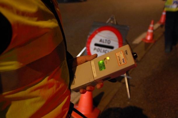 Agents de policia efectuen un control d'alcoholèmia a un punt de la xarxa viària.