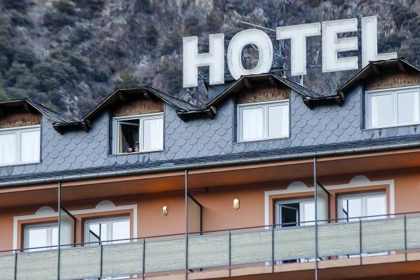 La façana d'un establiment hoteler del país.