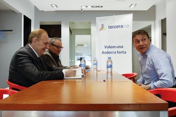 Un moment de la reunió entre els candidats de Terceravia i el representant del Sindicat Penitenciari Andorrà (SPA).