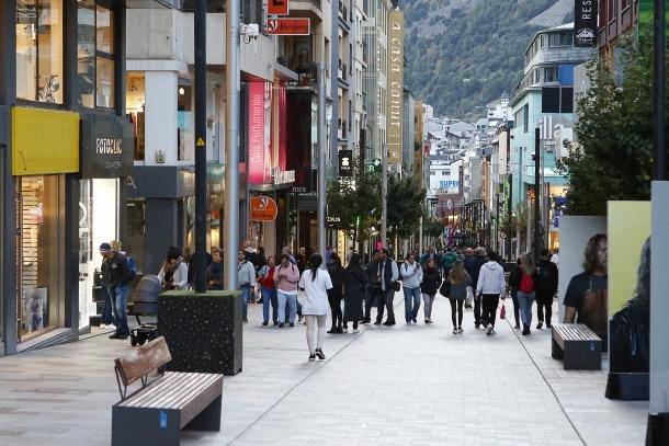 Turistes passejant per Vivand.