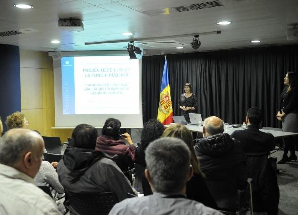 Una de les reunions que Eva Descarrega està portant a terme aquests dies per explicar el projecte de llei de la Funció Pública.