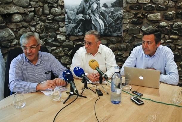 Tres dels integrants de Virtus Unita, Josep Duró, Albert Font i Josep Anton López, el dia de la presentació del grup d'opinió.