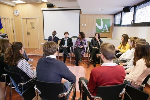 La secretària general de la Francofonia, Michaëlle Jean, en la trobada que va mantenir amb estudiants dels tres sistemes educatius.