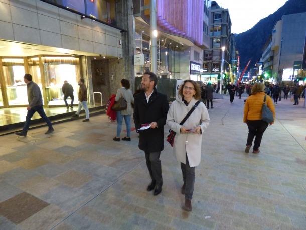 Pere López i Rosa Gili van repartir ahir fulletons de la campanya 'Una Andorra per a tothom' a les avingudes Meritxell i Carlemany.